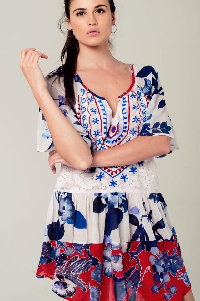 Blaues Kleid in Boho-Stil mit Blumendruck und gesticktem Detail