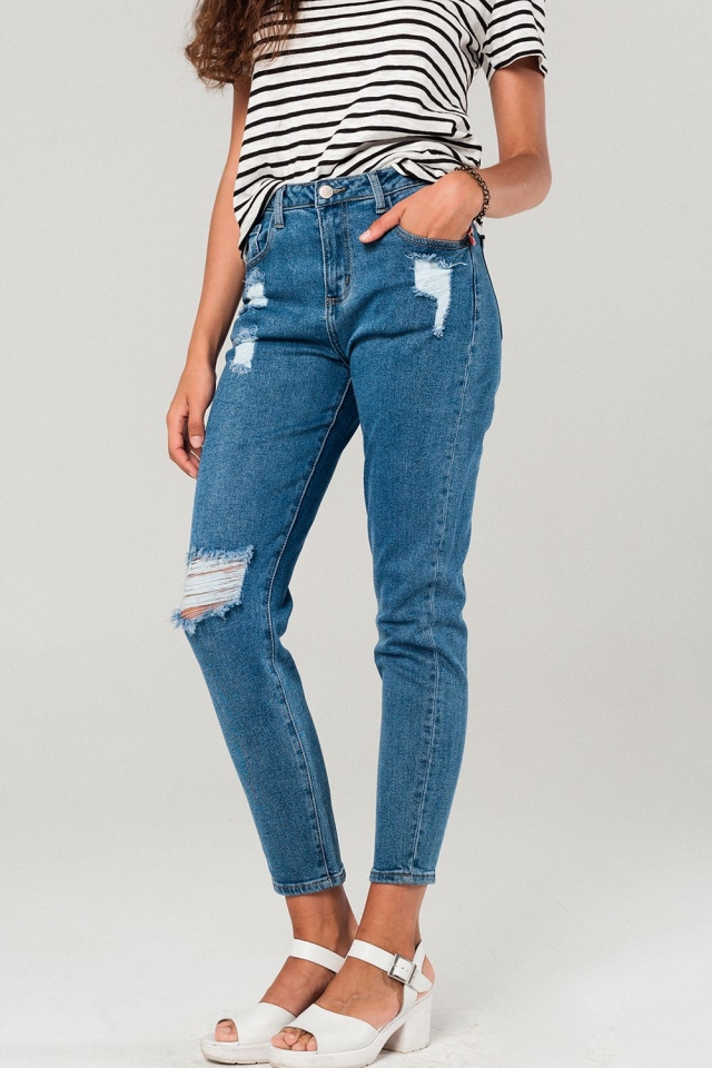 Distressed mom jeans in blue medium wash