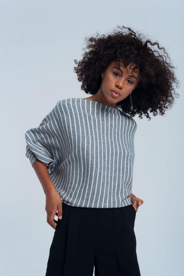 Grau gestreifter Pullover