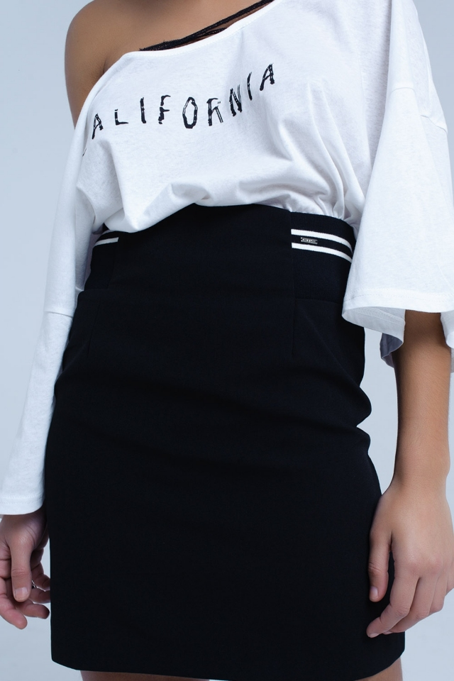 Schwarzer Rock mit elastischem Seitendetail und weißen Streifen