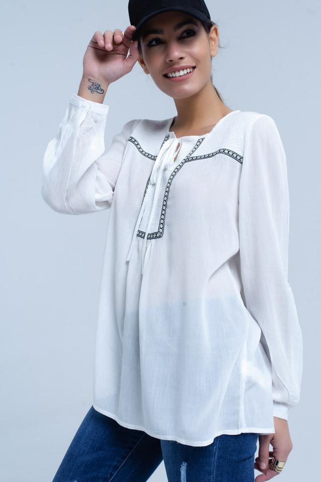 Weiße Bluse mit gestickten Besätzen