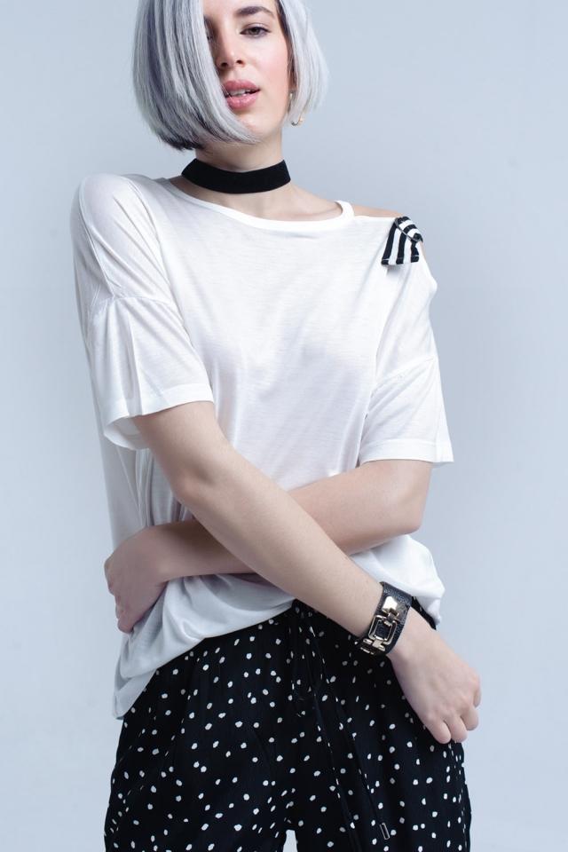 Weißes T-Shirt mit einer offenen Schulter