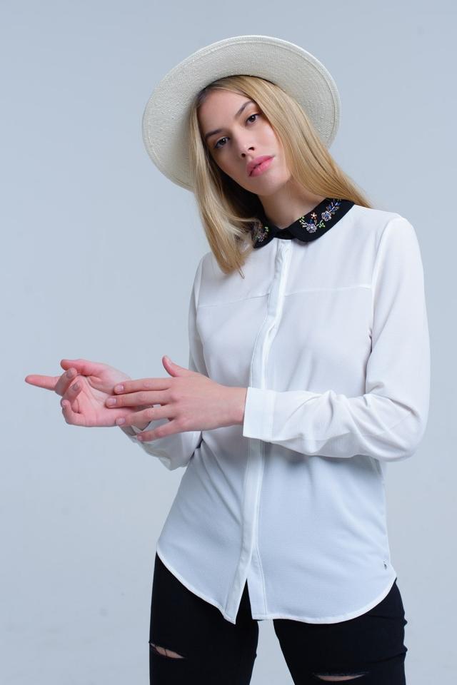 Wit overhemd met kraag verfraaid