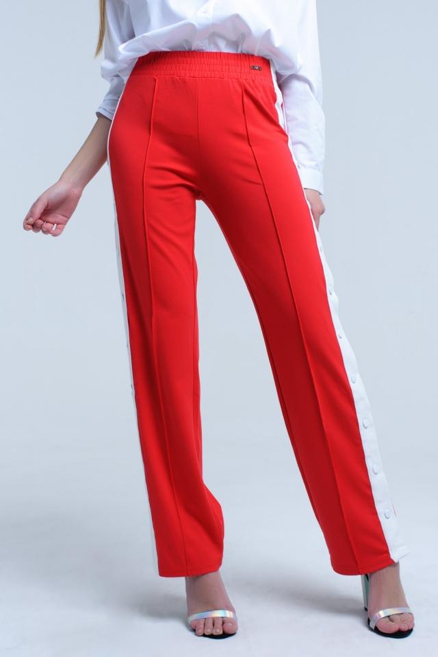 Rote Hose mit seitlichen Öffnungen und Haken