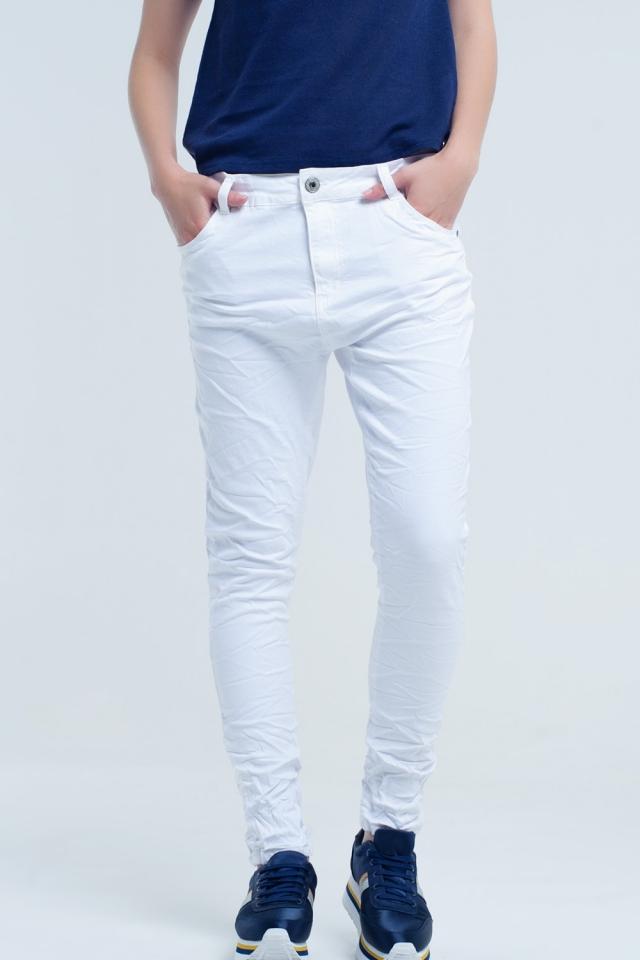 Zerknitterte weiße Jeans mit Taschen
