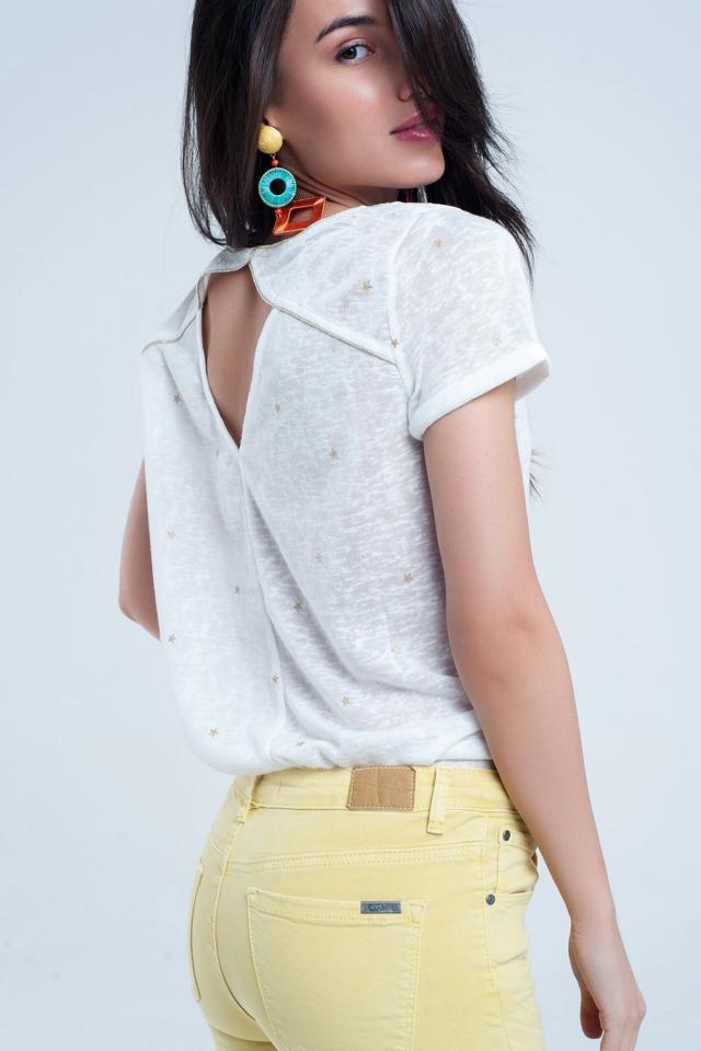 Weißes T-Shirt mit aufgedruckten goldenen Streifen