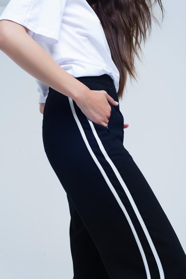 Schwarze Hose mit weißen Seitenstreifen