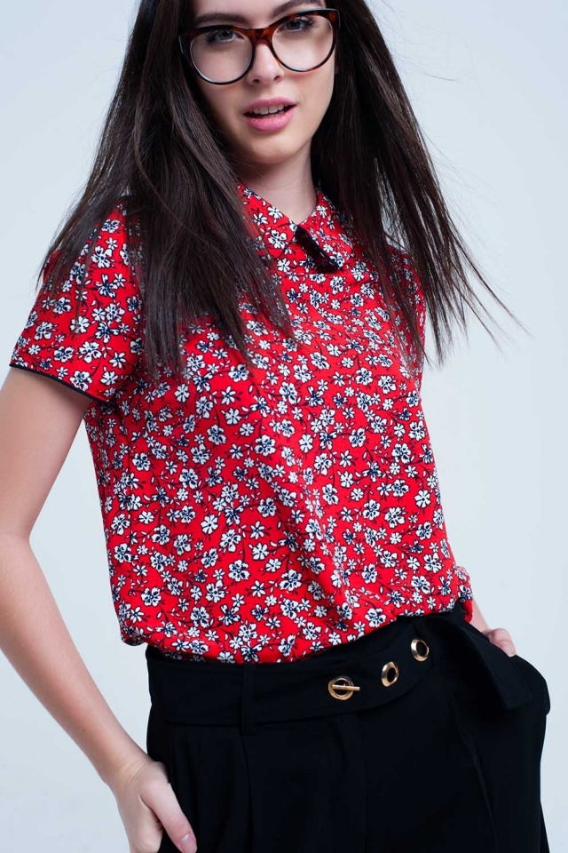 Rotes Shirt mit weißem Blumendruck