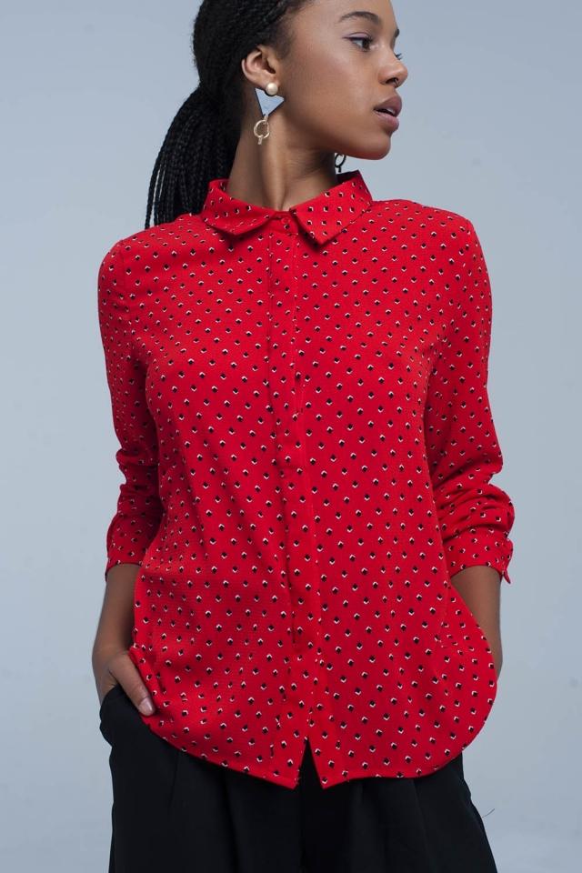 Rotes Hemd mit blauen Tupfen