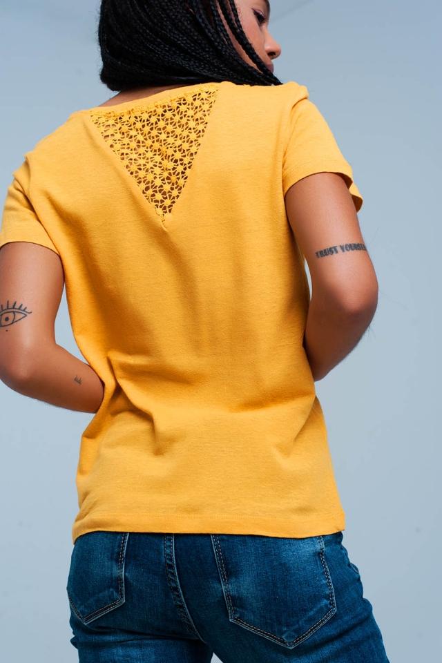 Senf T-shirt mit chrochet Details auf der Rückseite