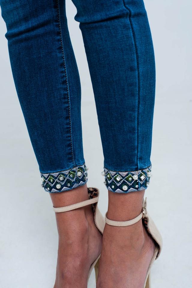 Enge knöchellange Jeans mit Stickerei
