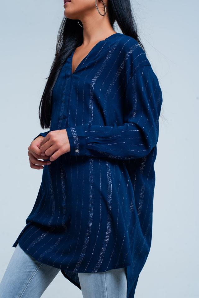Blaue Longline-Shirt mit dünnen metallischen Streifen