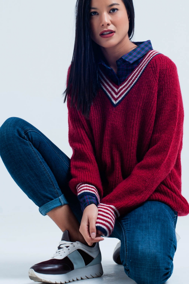 Roter Pullover mit V-Ausschnitt und gestreiften Details