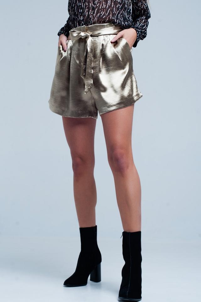 Beigefarbene satin shorts mit Band um die Taille