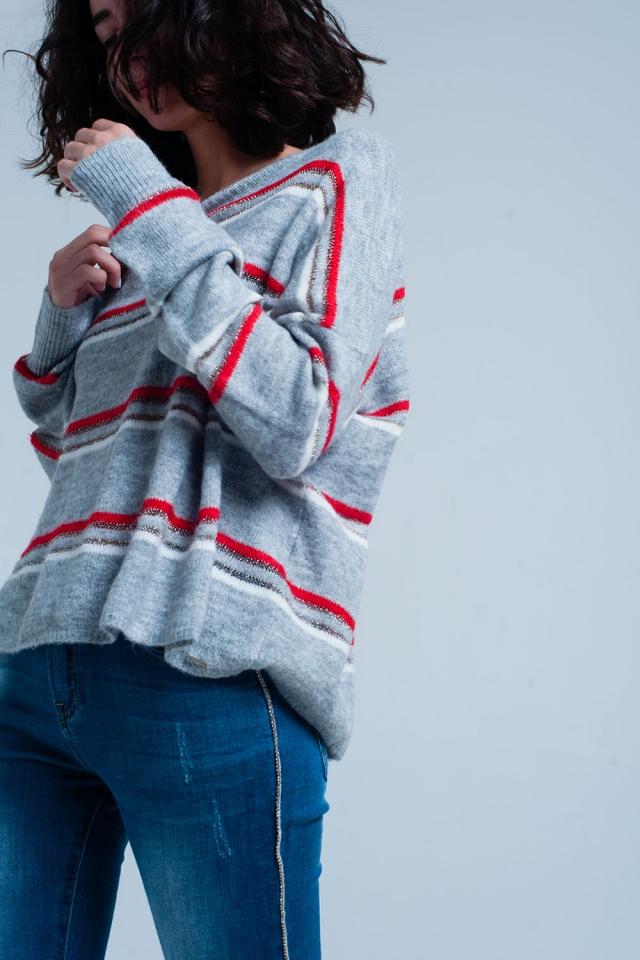 Grauer Pullover mit roten Glitzerstreifen