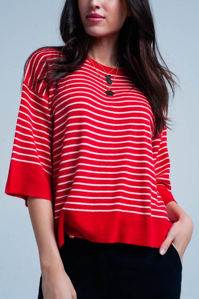 Roter gestreifter übergroßer Pullover