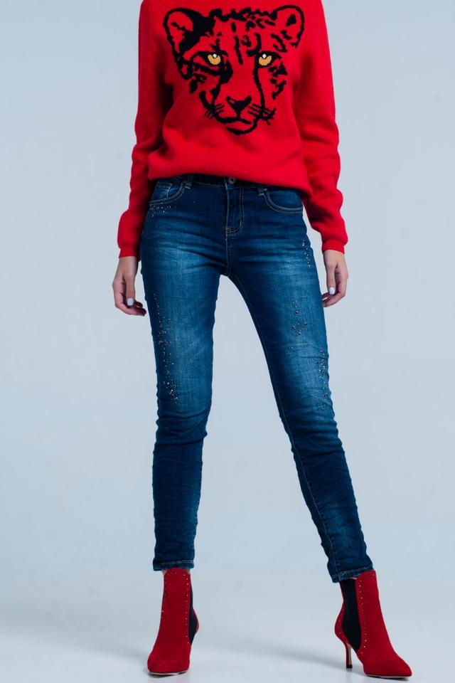 Dunkle Jeans mit zerknitterten Beinen und Strasssteinen