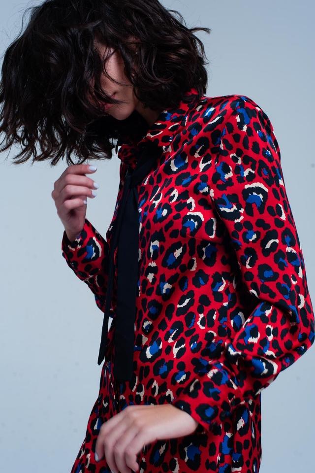 Rotes Kleid mit Kragen und Leopardenmuster