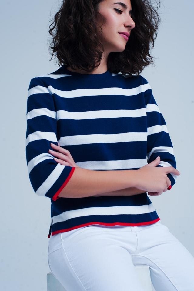 blauen Pullover mit kurz geschnittenen Ärmeln im Streifen