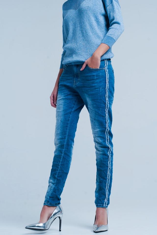 Blauer Jeans mit ausgefranste Seitenstreifen