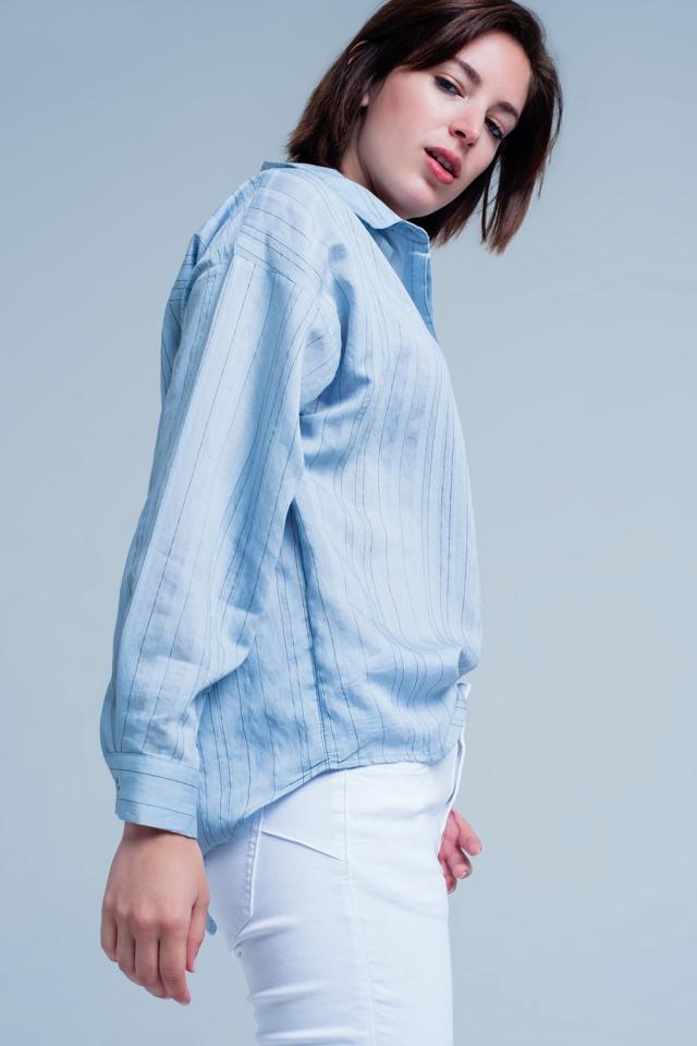 Blaues bluse mit dünnen schwarzen streifen
