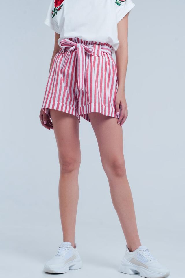 Rote Hose mit Streifen und Gürtel