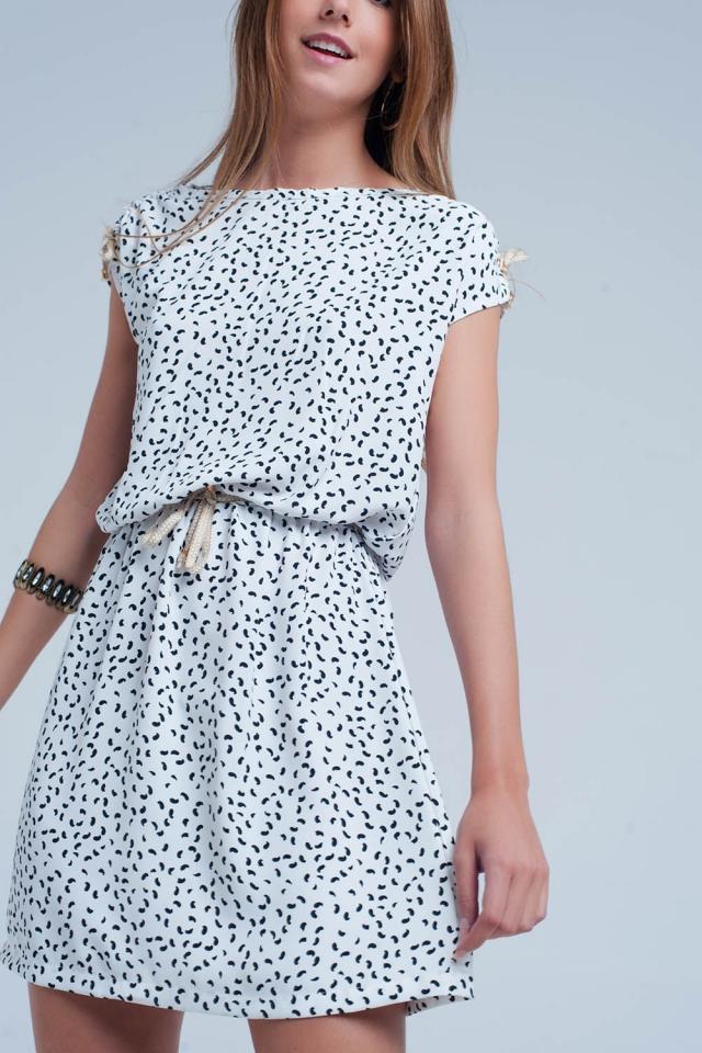 Weisses Kleid mit Print und einem Gürtel