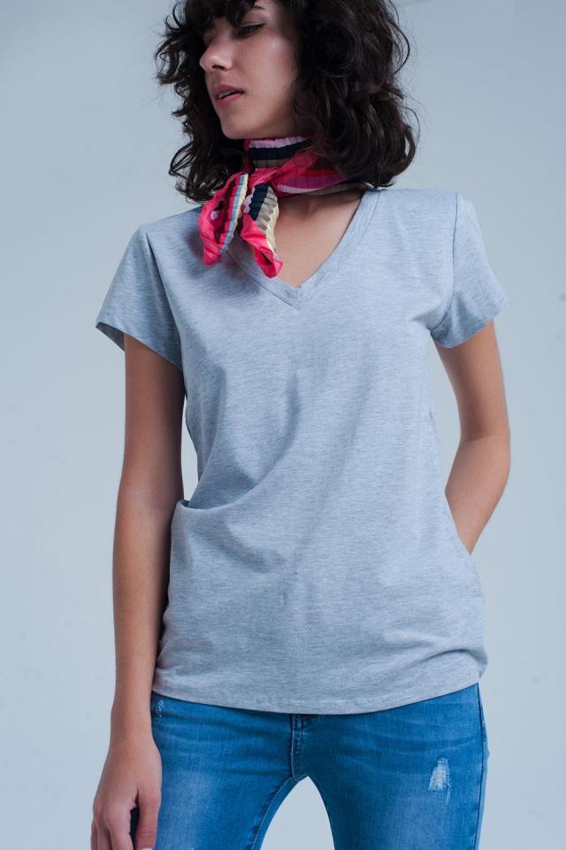 Graues Shirt mit v-Ausschnitt