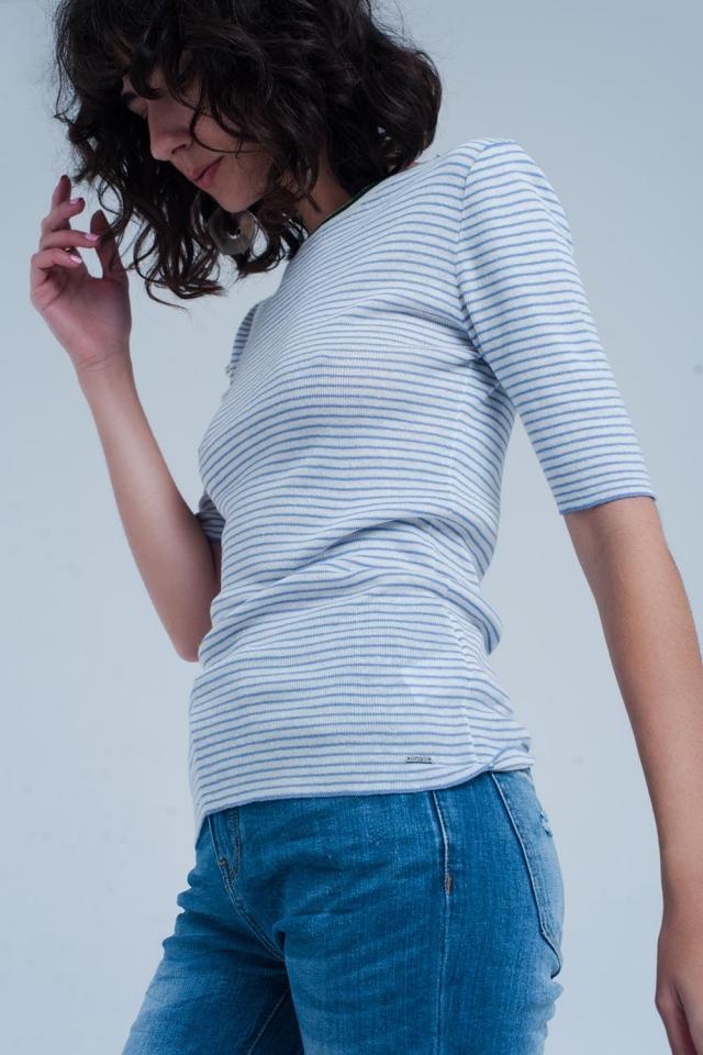 Blaues Pullover mit kurz geschnittenen Ärmeln und Breton Streifen