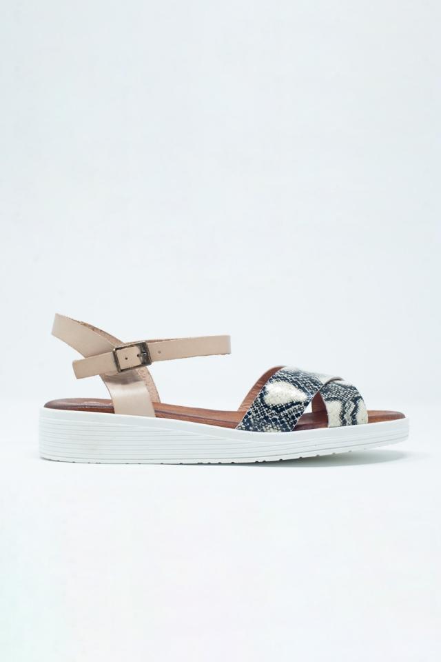 Beige flache Sandalen mit gekreuzten Riemen und Knöchelriemen