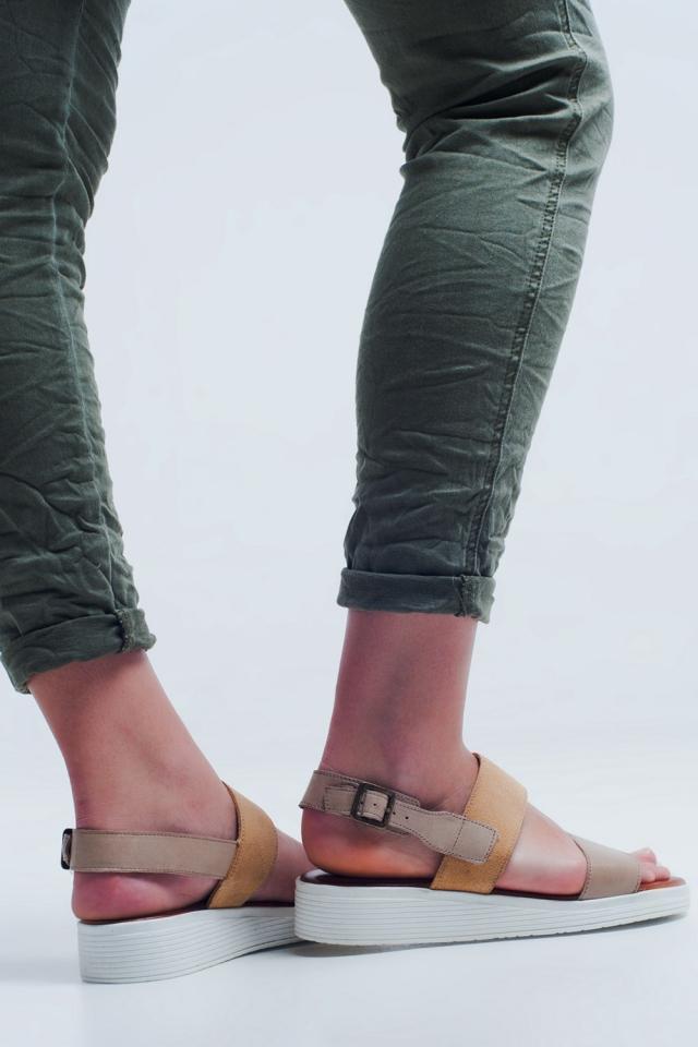 Beige flache Sandalen mit zwei Riemen