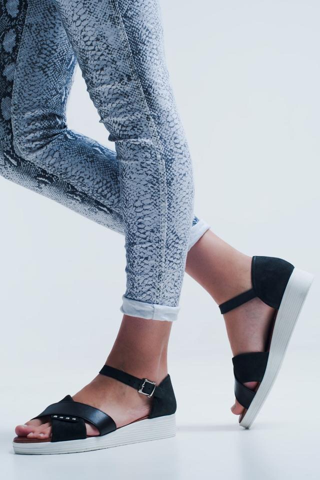 Schwarze Sandalen mit Knöchelriemen