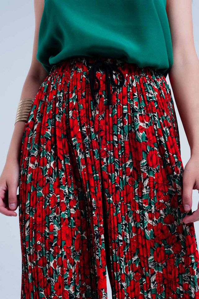 Red pleated pants with flower print