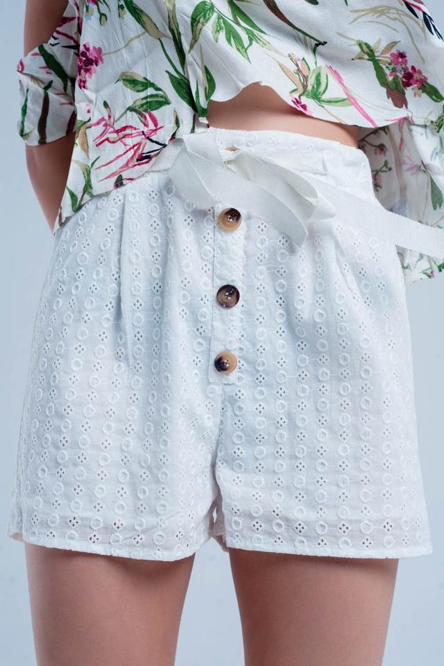 Weiße shorts mit Knopf-Details