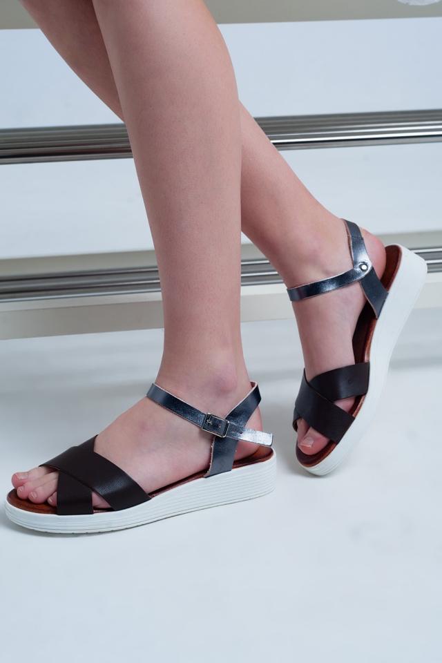 Braune flache Sandalen mit gekreuzten Riemen und Knöchelriemen