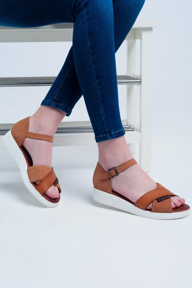 Sandalen mit Knöchelriemen und gekreuzten Riemen