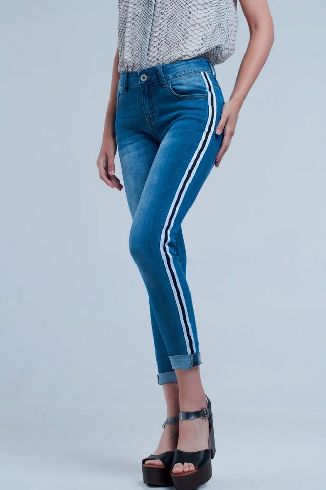 Jeans mit geknitterten Beinen und Seitenstreifen