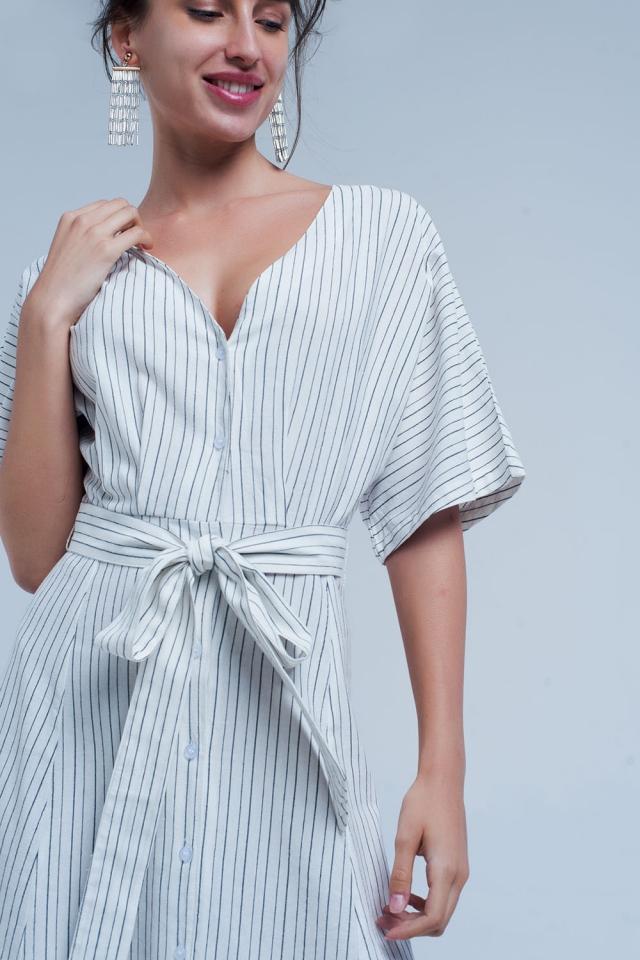 Gestreifter Midi-Kleid mit Tasten im weißen