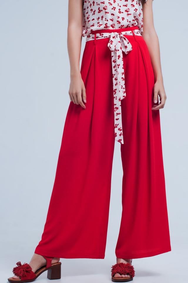 Rote Hose mit floralen Gürtel