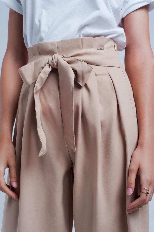 Beigefarbene Hose mit weitem Bein und Faltendetail