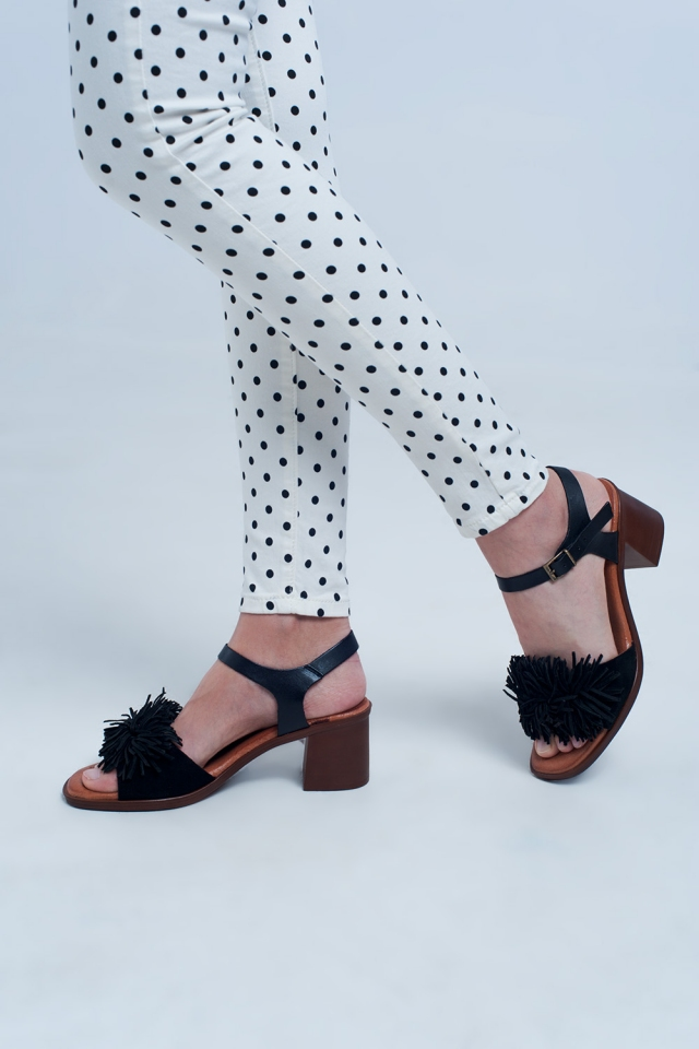 Heeled sandals with ruffles in black