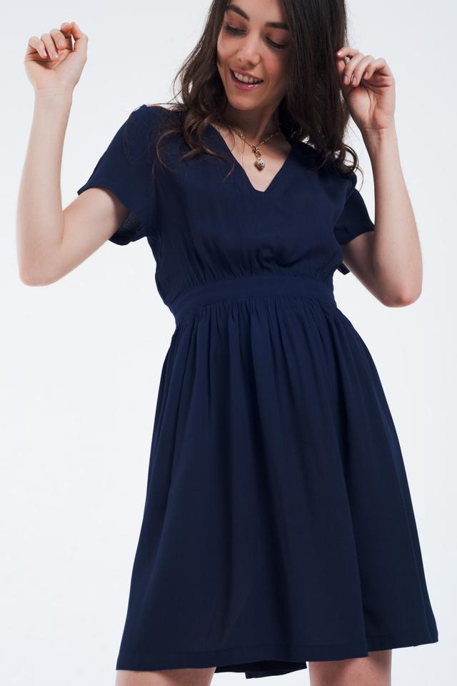 Mini marine farbiges Kleid mit Flug und Details auf den Schultern