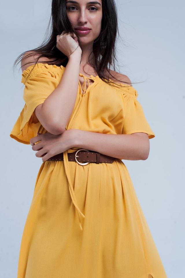 Langes gelbes Kleid mit einem Spalt