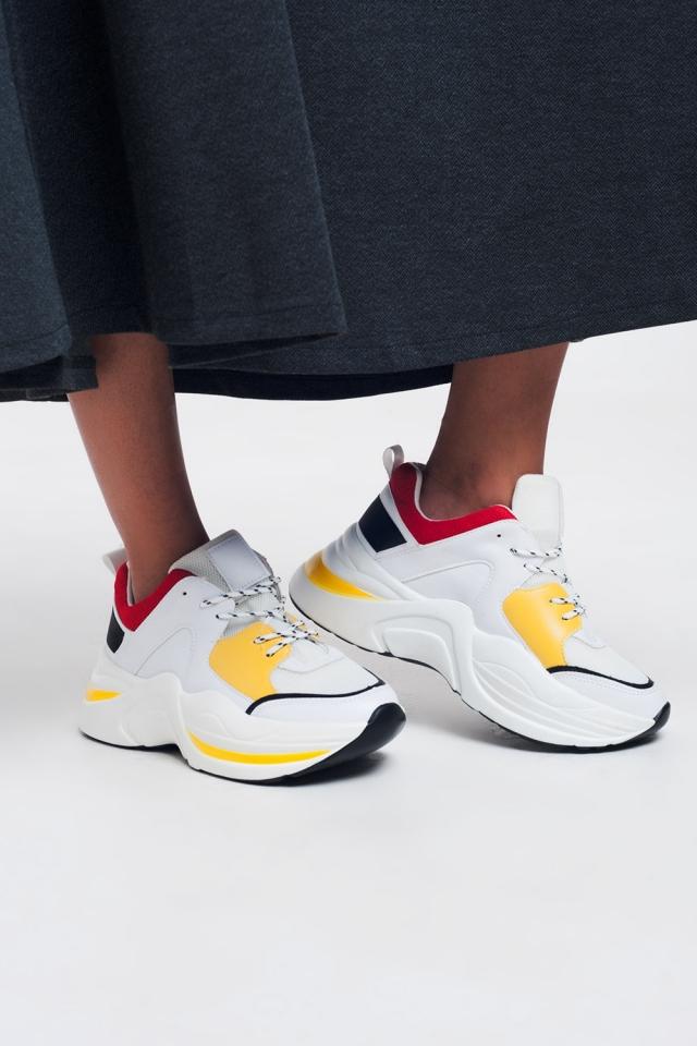 Witte sneakers met gele en rode details
