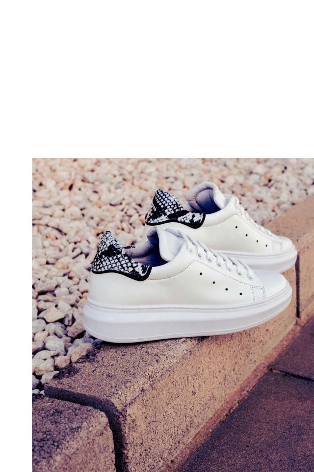 Puntige sneakers met veters en zwarte slangenprint