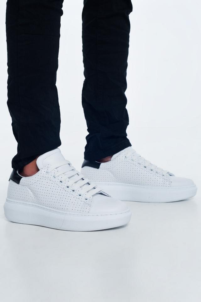 Sneaker aus perforiertem weißem Leder