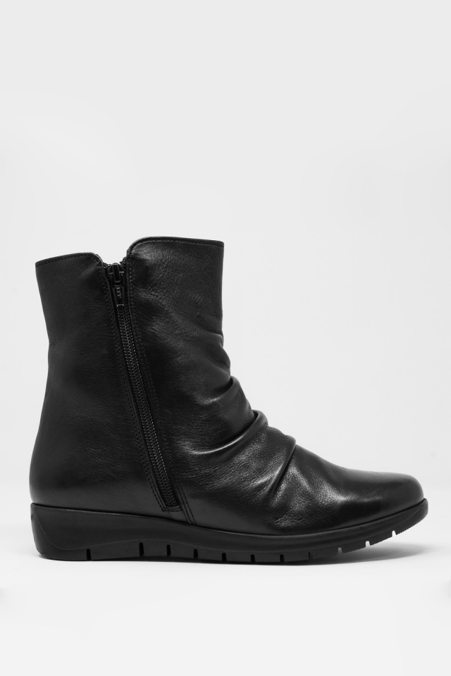 Low black boots with zipper and round nose