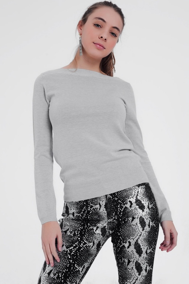Gray sweater with round neck and long sleeves