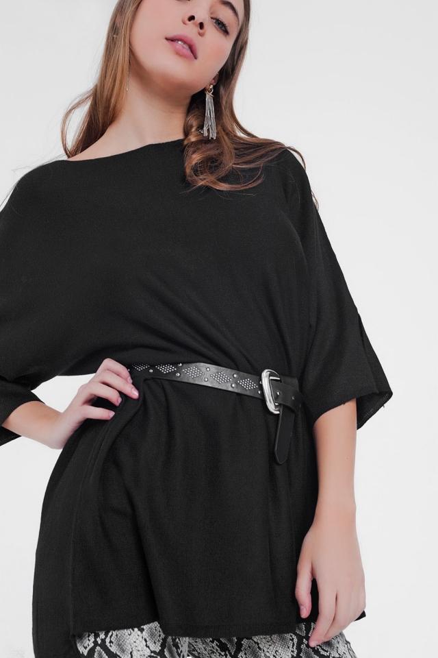 übergroßer schwarzer Pullover und kurze Ärmel