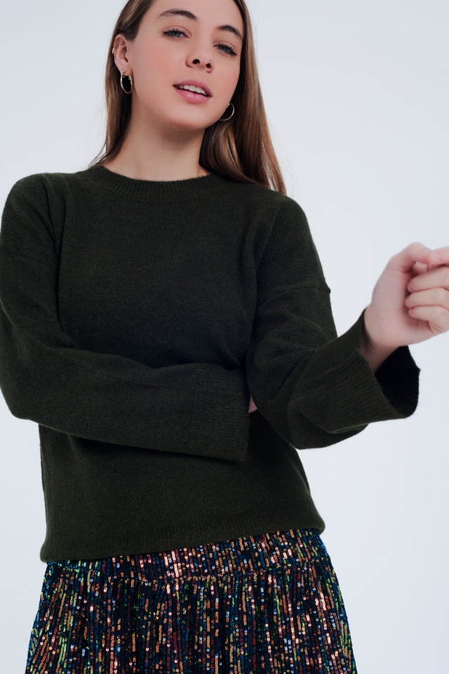 Green sweater with round neck and wider sleeves